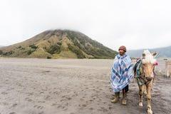 De mens van Indonesië met het paard voor toeristenhuur bij Onderstel Bromo Stock Afbeelding