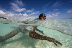 De Mens van Indonesië op de manier aan zijn vissersboot Stock Afbeelding