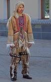 De mens van inheemse kleine genummerde mensen bevindt zich openlucht Stock Afbeelding