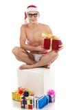 De mens van Kerstmis lacht en houdt giften Stock Afbeeldingen