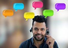 De mens van de klantendienst op hoofdtelefoon met glanzende praatjebellen Royalty-vrije Stock Afbeelding