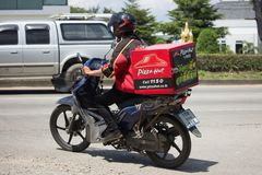 De mens van de leveringsdienst berijdt een Motercycle van Pizza Hut-Bedrijf Stock Afbeeldingen