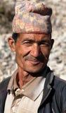 De mens van Nepal met typische nepalihoed op hoofd Stock Foto's