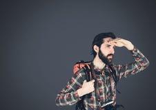 De mens van de reizigersavonturier met donkere achtergrond Royalty-vrije Stock Afbeeldingen