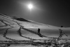 De mens van Snowshoeing Stock Afbeeldingen