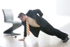 De mens van zaken doet Één Bewapende Opdrukoefening Stock Fotografie