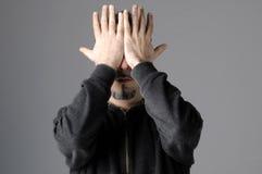 De mens verbergt zijn gezicht Royalty-vrije Stock Foto's