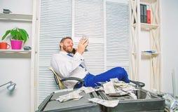 De mens verdient geld op mobiele gespreksfraude Chantage en geldafpersing Het onwettige concept van de geldwinst succesvol royalty-vrije stock afbeeldingen