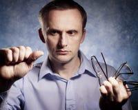 De mens vergelijkt contactlens met glazen Royalty-vrije Stock Afbeelding