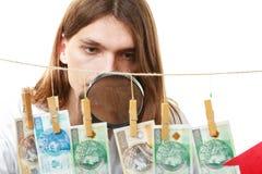 De mens verifieert geldcontant geld Royalty-vrije Stock Afbeelding