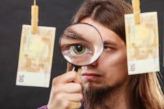 De mens verifieert geldcontant geld Stock Fotografie