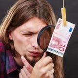 De mens verifieert geldcontant geld Stock Foto