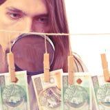 De mens verifieert geldcontant geld Royalty-vrije Stock Fotografie