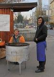 De mens verkoopt geroosterde kastanjes in de kiosk in Maribor, Slovenië Royalty-vrije Stock Afbeelding