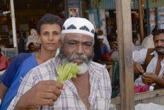 De mens verkoopt khat (edulis Catha) bij de lokale markt in Lahij, Yemen Royalty-vrije Stock Afbeelding