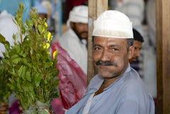 De mens verkoopt khat (edulis Catha) bij de lokale markt in Lahij, Yemen Stock Foto's