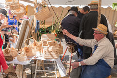 De mens verkoopt rieten manden op een markt Royalty-vrije Stock Foto's