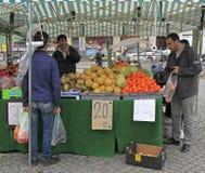 De mens verkoopt vruchten en bessen openlucht in Malmo, Zweden Royalty-vrije Stock Foto's