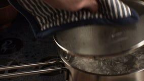 De mens verwijdert het deksel uit de matras, Video stock footage