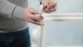 De mens verzamelt meubilair in een workshop voorraad Het plakken en assemblage van meubilair op de houten spelden royalty-vrije stock afbeelding