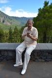 De mens verzendt bericht door mobiele telefoon Stock Afbeeldingen