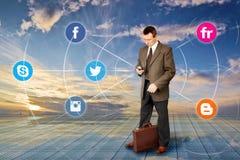 De mens verzendt een Informatie naar Internet vector illustratie