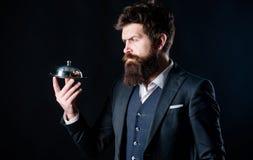 De mens verzorgde goed de gebaarde greep van het heren formele kostuum weinig glazen kap Het dienen en presentatie Luxueuze elite stock afbeeldingen