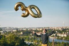 De mens viert dertig jaar verjaardags Royalty-vrije Stock Afbeelding