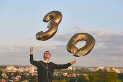 De mens viert dertig jaar verjaardags Stock Fotografie