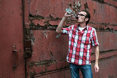 De mens viert voetbaloverwinning met een fles wodka Stock Foto