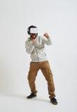 De mens in virtuele werkelijkheidsglazen doet in dozen Stock Fotografie