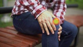 De mens voelt kniepijn, verstuikte ligamenten, verplaatste knieschijf, wijst de vlek op pijn stock video