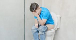 De mens voelt pijn met constipatie royalty-vrije stock foto