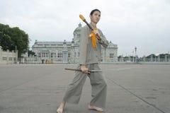 De mens voert een Thaise traditionele dans uit Royalty-vrije Stock Foto's