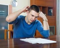 De mens vult financiële documenten in Stock Fotografie