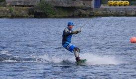De mens wakeboarding in het Grand Canal -Dok in de stad van Dublin royalty-vrije stock afbeelding
