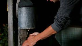 De mens wast zijn handen gebruikend een oude straattoilettafel stock videobeelden