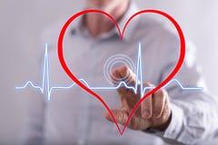 De mens wat betreft een hart slaat grafiek op het aanrakingsscherm stock afbeeldingen