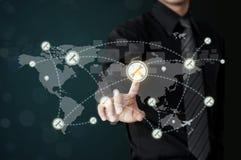 De mens wat betreft moersleutelpictogram vertegenwoordigt de dienst wereldwijd royalty-vrije stock afbeelding