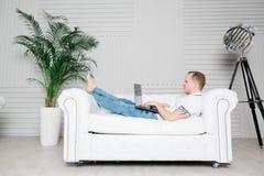 De mens werkt aan laptop Stock Fotografie