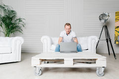 De mens werkt aan laptop Royalty-vrije Stock Afbeelding