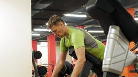 De mens werkt bij de gymnastiek op simulators uit Sport Gezonde Levensstijl stock video