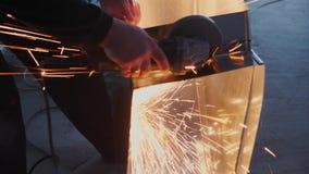 De mens werkt cirkelzaag Vliegen van vonk van heet metaal Mens over het staal wordt gewerkt dat Close-up van werktuig stock videobeelden