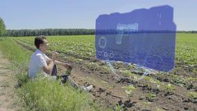 De mens werkt met 3D kanon aan holografische vertoning op de rand van het gebied stock footage