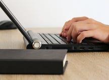 De mens werkt met laptop in het bureau Stock Afbeeldingen