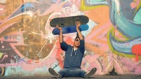 De mens werpt een skateboard in de lucht, langzame motie stock footage