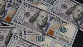 De mens werpt op de lijst 100 dollarsrekeningen stock video