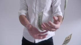De mens werpt op dollarrekeningen in langzame motie stock footage