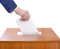 De mens werpt stemmingen in een stembus Stock Fotografie