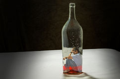 De mens wijdde zich aan alcohol die door alcoholisme wordt opgesloten royalty-vrije stock afbeelding